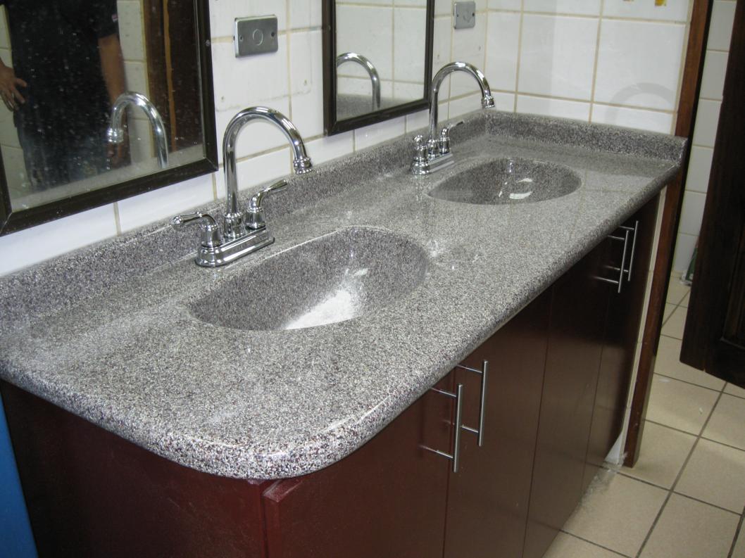 Sobre para ba o con doble lavatorio sobres de granito for Revestimiento sintetico para banos